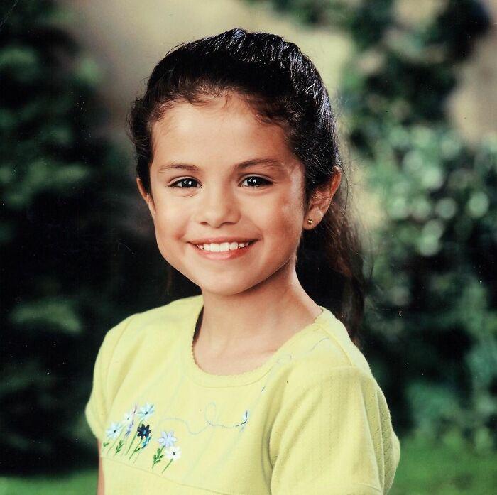 Selena Gomez cuando era niña posando para una fotografía