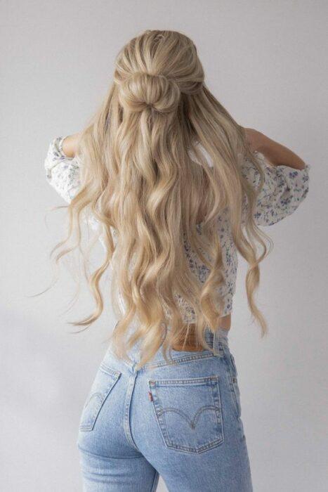 Chica con cabello largo, de espaldas, mostrando su melena