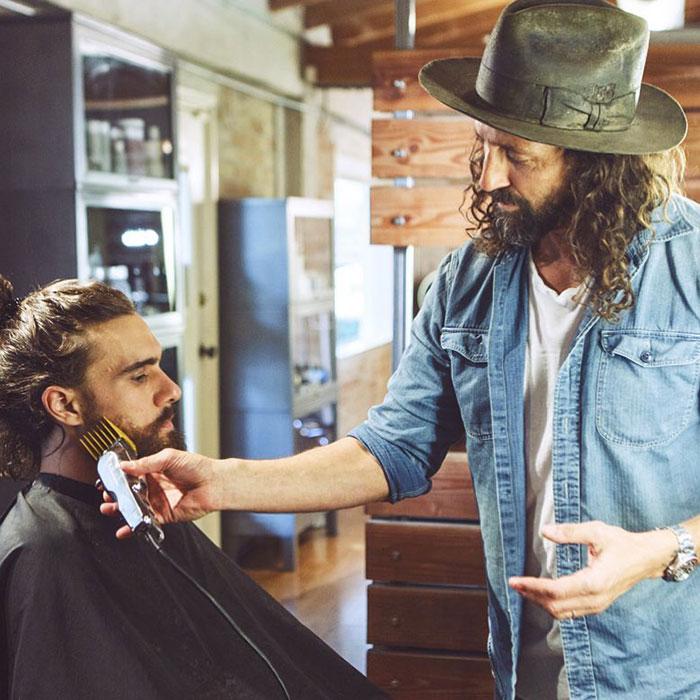 Barbero Jason haciendo un cambio de look a una persona indigente