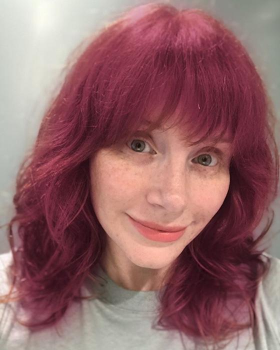 Bryce Dallas Howard con el cabello rosa