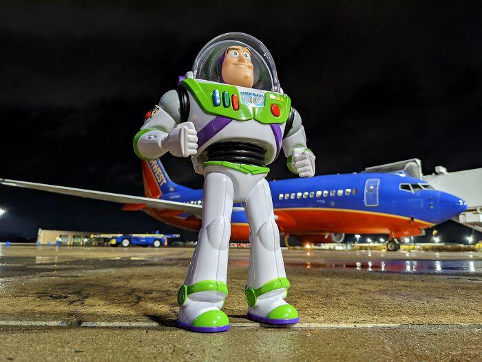 Muñeco Buzz Lightyear en un aeropuerto; Buzz Lightyear regresa con su pequeño amigo fiel después de extraviarse en un avión
