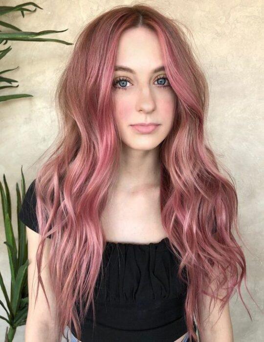 Chica de cabello largo ondulado con tinte 'Gold Pink Hair'