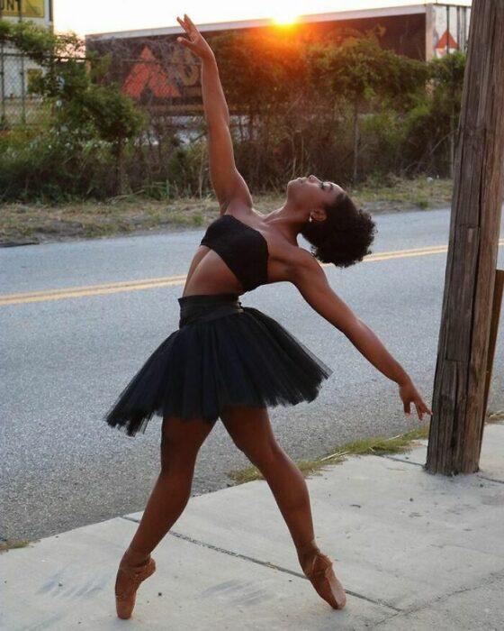 Bailarina con un atuendo de color negro con zapatillas de color café