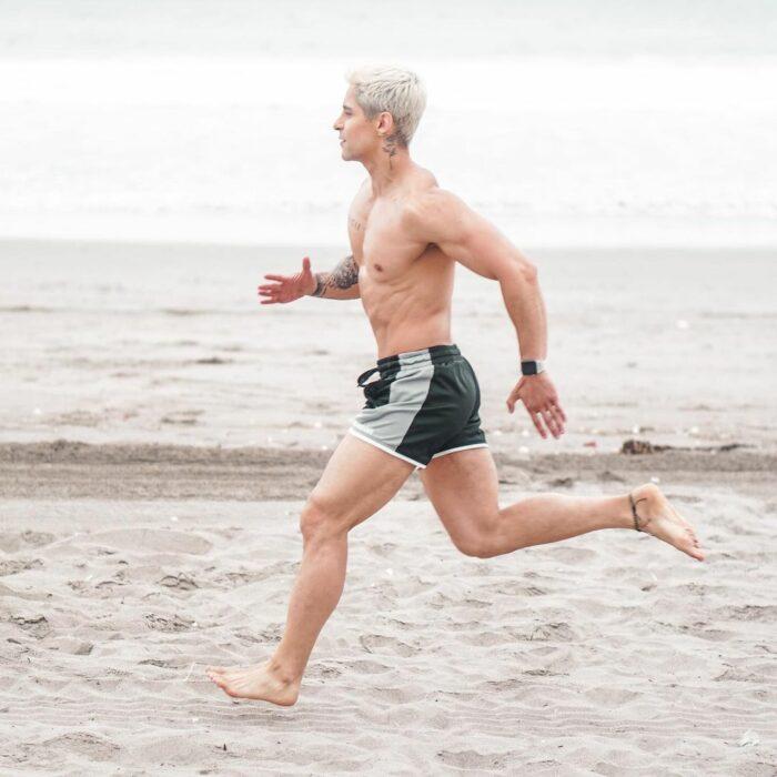Chico corriendo por la playa