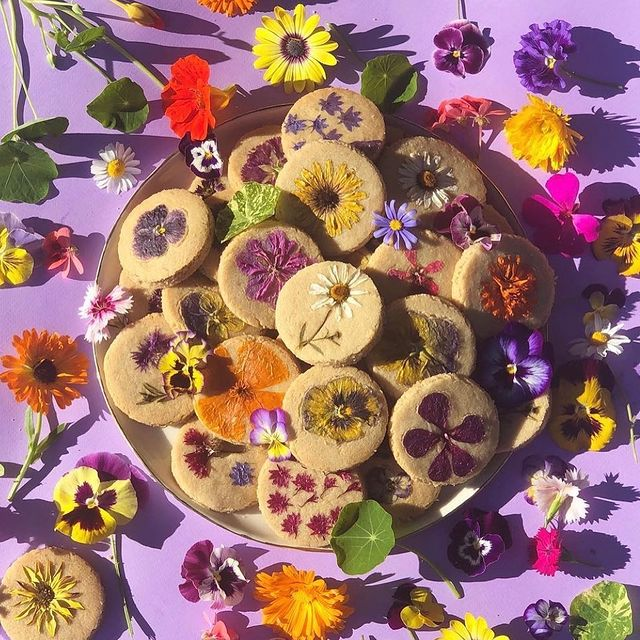 Galletas para la hora del té decoradas con flores naturales; Crea deliciosa repostería con flores