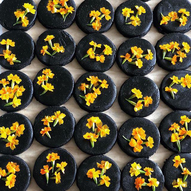 Galletas de chocolate decoradas con margaritas amarillas; Crea deliciosa repostería con flores