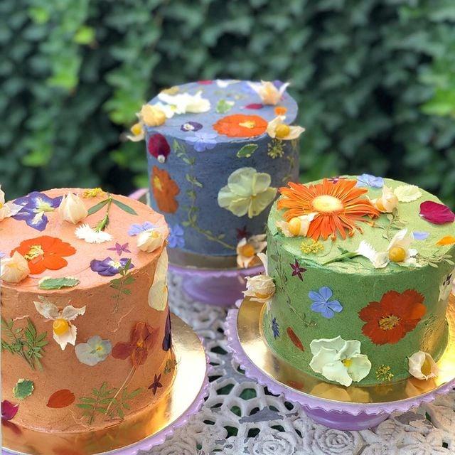 Pastel de vainilla con betún de mantequilla y flores naturales; Crea deliciosa repostería con flores