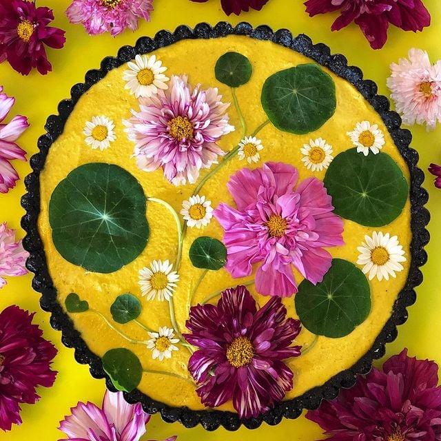 Tarta de calabza decorada con flores naturales; Crea deliciosa repostería con flores