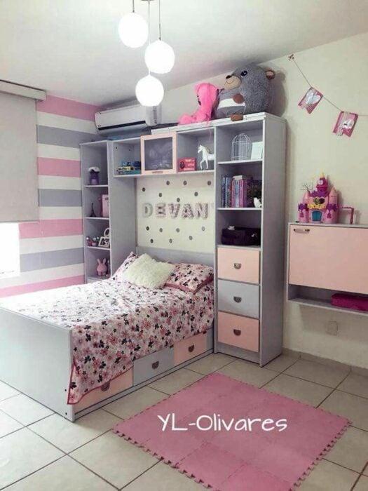 Decoración de cuarto en tonos grises con rosados y una cama