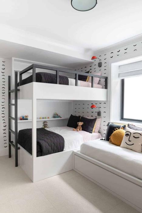 Decoración de cuarto con literas en tonos neutrales de color blanco con negro