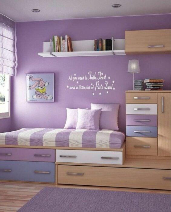 Decoración de cuarto en tono purpura con diferentes cajones