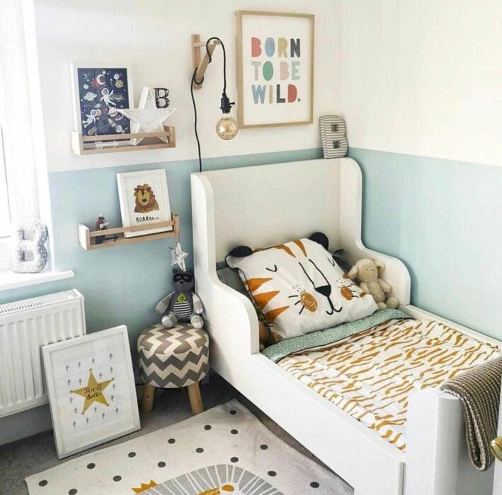 Decoración de cuarto en tonos verdes con temática de animales