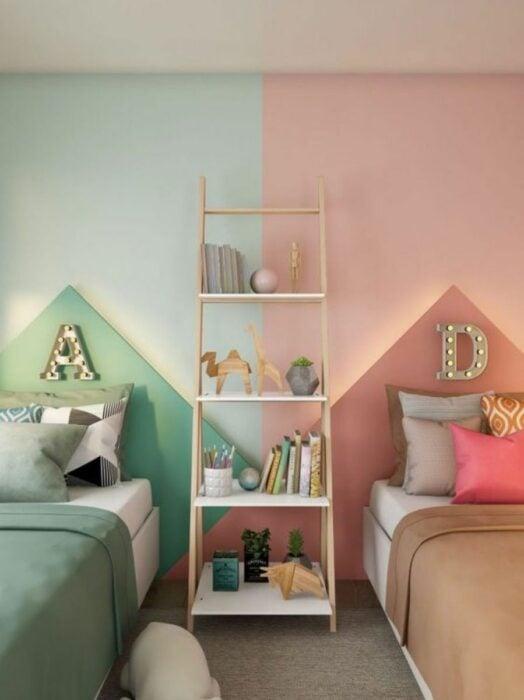 Decoración de cuarto doble en tonos verdes con rosados
