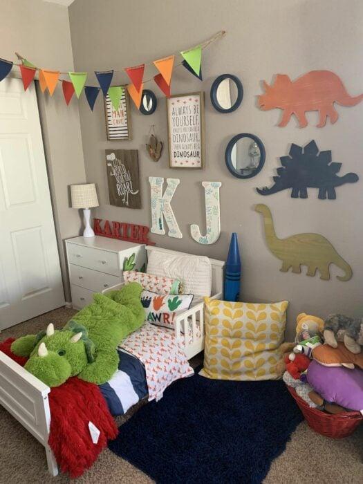 Decoración de cuarto con diferentes dinosaurios