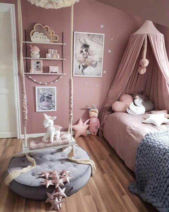 Decoración de cuarto en tonos rosados con gris y un dosel en la cama