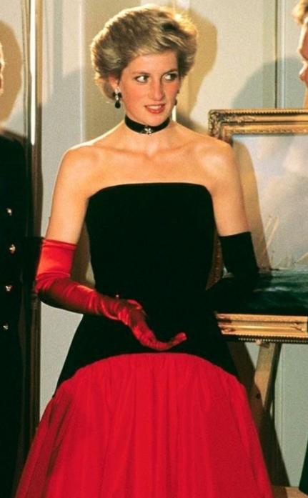 Ladi Di using un vestido en color negro con rojo con unos guantes en los mismos colores