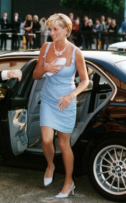 Princesa Diana cubriendo su escote con un bolso de mano