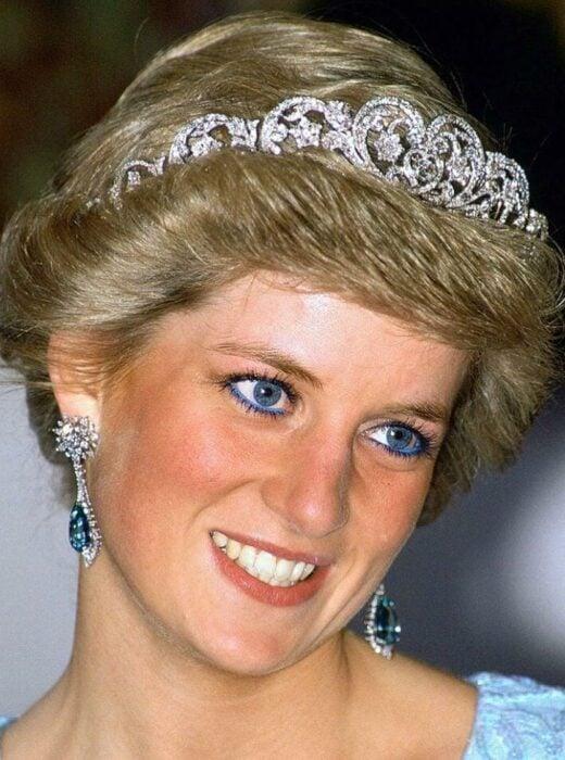 Ladi Di llevando un delineado en color azul que combinaba con sus joyas, ojos y atuendo