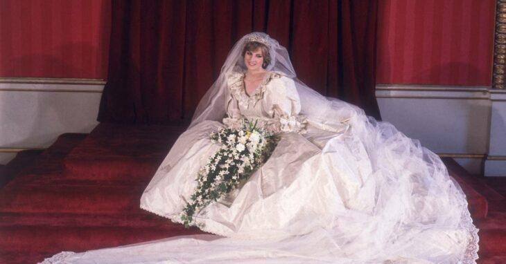 Diana posando para la foto familiar el día de su boda