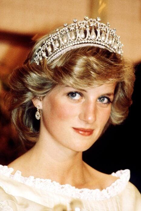 Diana de gales usando una tiara de la corona