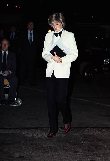 Princesa Diana usando un traje frac en color blanco con negro