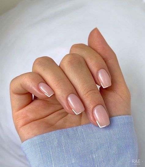 Diseño de uñas en tono nude con un discreto color blanco