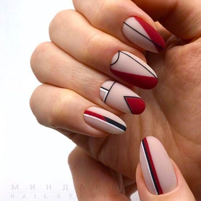 Diseño de uñas minimalistas en tono nude con líneas rojas