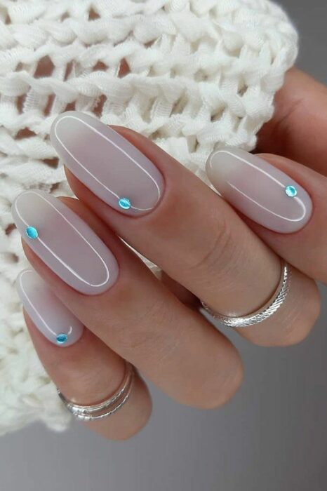 Diseño de uñas en color azul con dorado