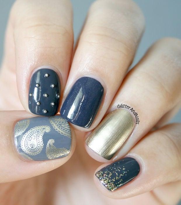 Diseño de uñas en tono azul con dorado