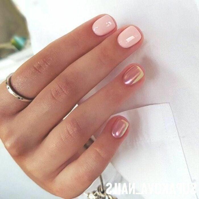 Diseño de uñas en color rosa con efecto espejo