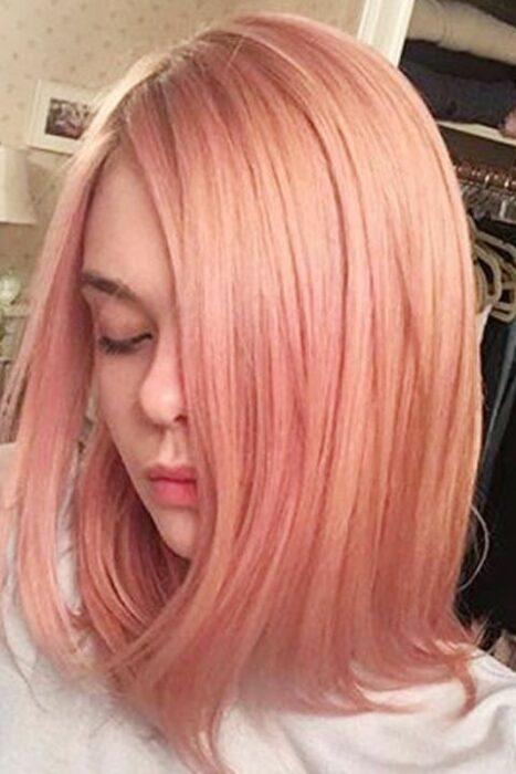 Elle Fanning con el cabello rosa