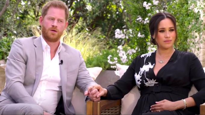 Harry y Meghan durante la entrevista con Oprah tomados de la mano