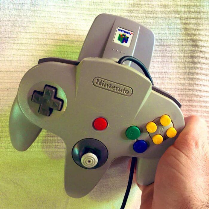 Control de nintendo 64 de color gris con botones de diferentes colores