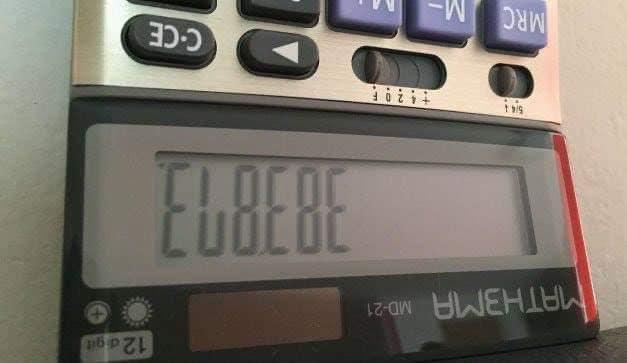 Calculadora con letras escritas en ella que dicen El Bebe