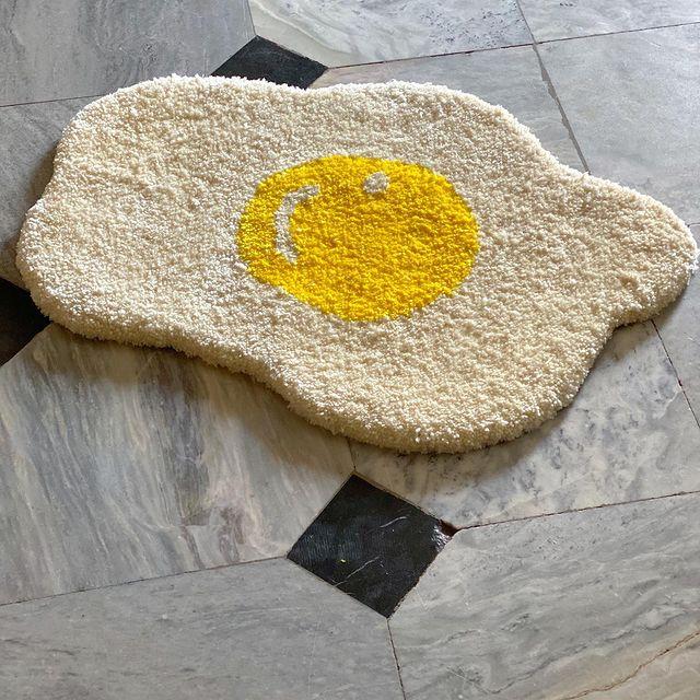 Tapete en forma de huevo estrellado; Este local vende los tapetes más hermosos que verás