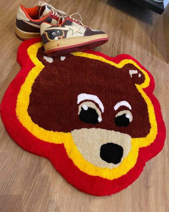 Tapete en forma de cara de oso en colores rojo y amarillo; Este local vende los tapetes más hermosos que verás