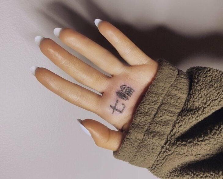 Tatuaje de Ariana Grande en la mano