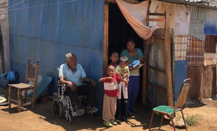 Familia de Javier y José, niños que llevaron en una carriola a su abuelito a vacunar