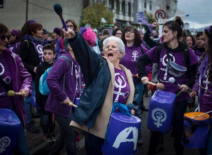 Mujer marchando el día internacional de la mujer 8 de marzo 2021