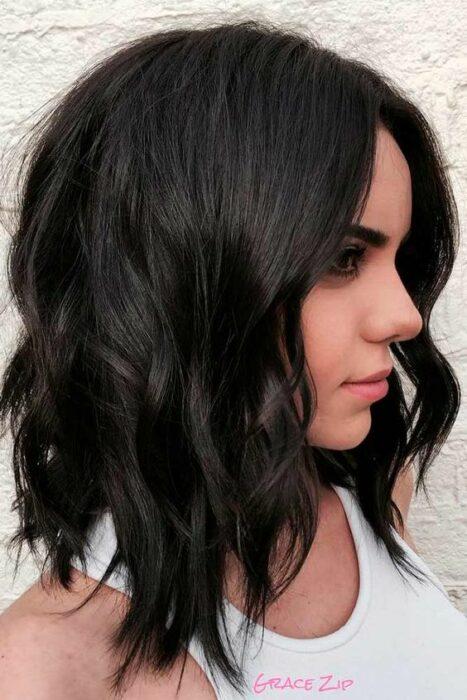 Chica con cabello al hombro con ondas en tono glossy black