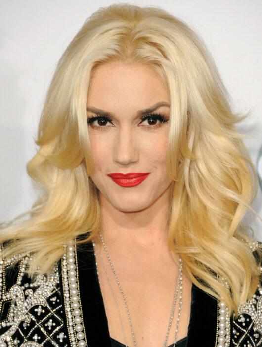 Gwen Stefani usando labial rojo