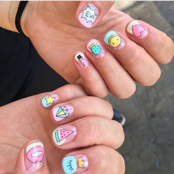 Manicura en tonos pastel con stickers retros; Ideas para manicura aesthetic