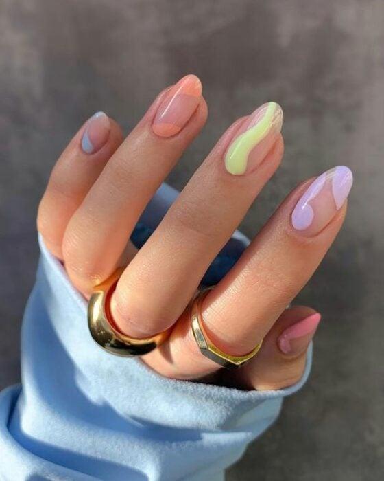 Manicura en tonos pastel con líneas desiguales; Ideas para manicura aesthetic