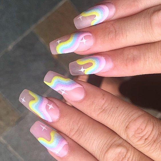 manicura con efecto arcoíris en tonos pastel; Ideas para manicura aesthetic