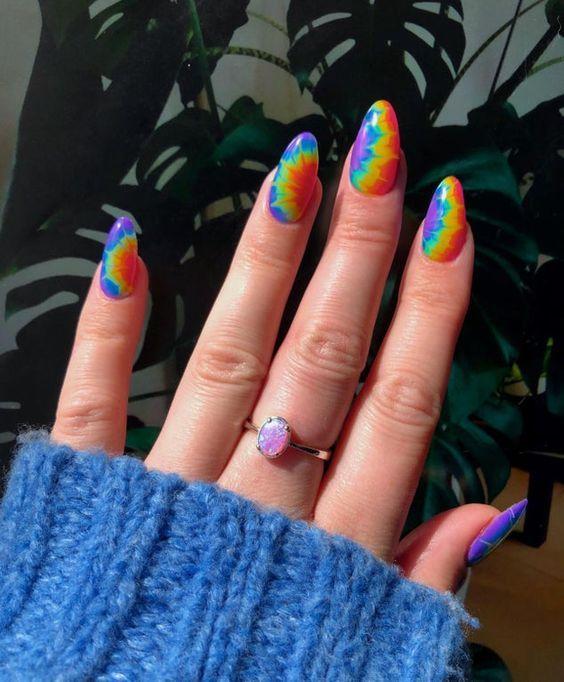 manicure in tye die effect; Ideas for aesthetic manicure