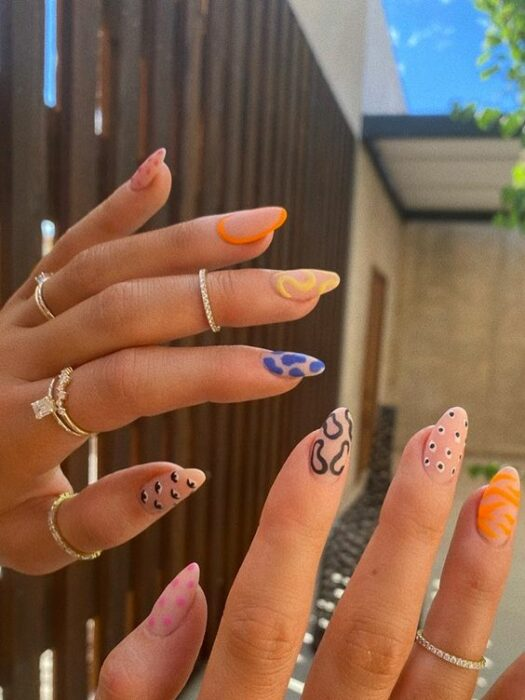 Manicure with a patterned effect of uneven lines; Ideas for aesthetic manicure