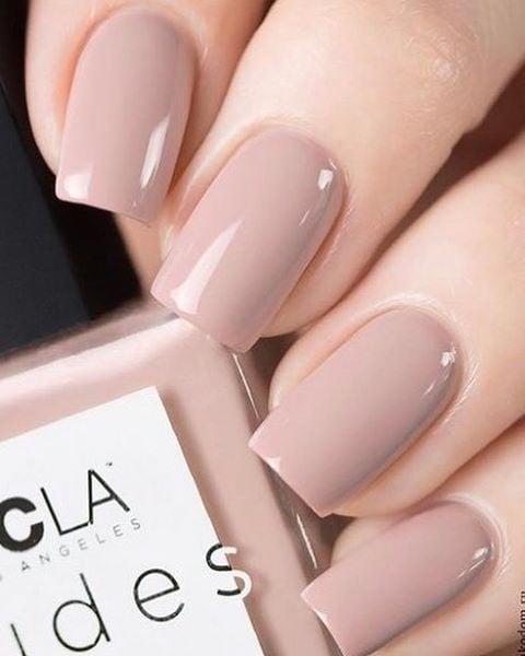 Manicura corta en tono rosa con efecto nude; Ideas para manicura nude