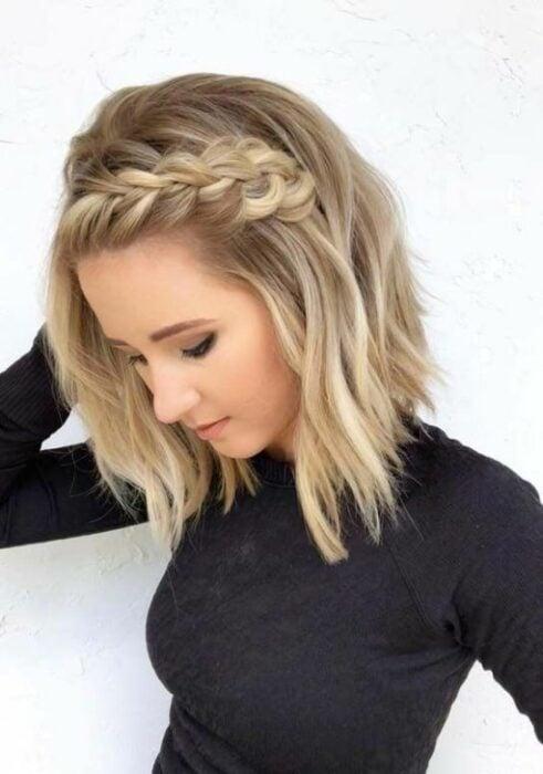 Chica con corte bob peinado con trenza de diadema; Ideas para peinar tu corte bob