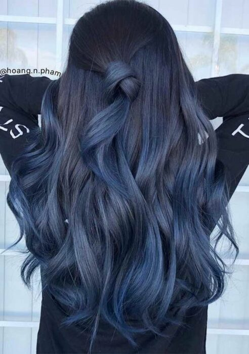 girl from behind showing her hair in waves and in blue tones