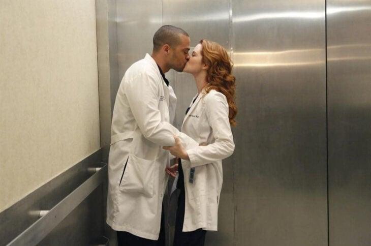 Escena de 'Grey's Anatomy' en la que Jackson y April se besan en el elevador
